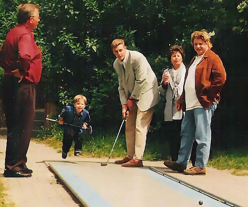 Familie beim Minigolf