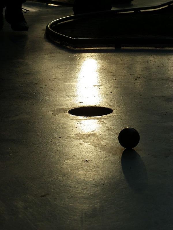 Minigolfbahn im Sonnenlicht